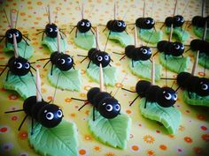 Formiguinha com folha (biscuit e arame)  Essas formiguinhas vêm com palitinho fixado ao corpo para poderem carregar docinhos de verdade!  Medida aprox.: 1 x 3,5 cm  Crédito da primeira foto: Simone Mascarenhas  PRODUTO ORIGINAL ATELIÊ MÃOS À ARTE - DOCES ENCANTOS