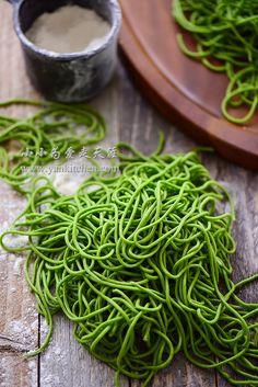 home-made spinach noodles Spinach Noodles, Spinach Pasta, Pasta Noodles, Vegetable Noodles, Raw Vegan Recipes, Vegan Foods, Vegetarian Recipes, Healthy Recipes, Pasta Types