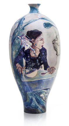 """ceramic vase título:""""De como 47 bolinhas de sucrilhos azuis saltaram da tigela com medo do focinho do leão sem ao menos reparar na proteção da flecha do Cupido""""."""