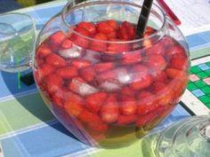 Das perfekte Erdbeerbowle mit Erdbeeren und Weinbrand-Rezept mit Bild und einfacher Schritt-für-Schritt-Anleitung: 500 Gramm Erdbeeren waschen, halbieren…