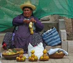 Ollantaytambo, Peru: fruit seller