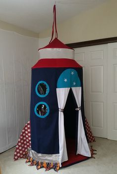 This Fabulous Rocket ship tent, Rocket Gemini II offers a spacious chamber with a high ceiling, 2 porthole windows, and 3 interior pockets for