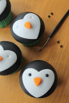 If you love penguins as much as I do, then these cute cupcakes are sure to be a hit! With two adorable designs to try out, they're great for kids and adults alike and definitely bring a bit of Christmas cheer. Suitable for : Beginners Time to Make : 20 Christmas Desserts, Christmas Treats, Christmas Baking, Christmas Cookies, Penguin Christmas Decorations, Christmas Cupcake Toppers, Christmas Cupcakes Decoration, Penguin Birthday, Penguin Party