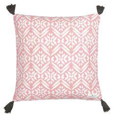 Ob auf dem Sofa, Bett oder Sessel – mit diesem wunderschönen Kissenbezug von Greengate bringen Sie ordentlich Farbe in Ihr Zuhause. Genießen Sie ein Stück Dänemark in Ihren eigenen vier Wänden. Dieser Kissenbezug ist in Handarbeit gefertigt und bringt Abwechslung in Ihren Alltag.