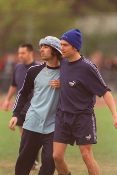 Liam Gallagher and Damon Albarn of Oasis and Blur, Blur Band, Oasis Band, Liam Gallagher Oasis, El Rock And Roll, Vintage Sportswear, Britpop, 90s Fashion, Fashion Trends, Autumn Fashion