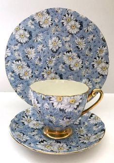 If you want to buy or collect vintage costume jewelry, learn what to look for and where to look. There is something for everyone who is interested in collecting vintage jewelry. Vintage Crockery, Vintage China, Vintage Tea Cups, Antique China, Tea Cup Set, Tea Cup Saucer, Tea Sets, Café Chocolate, Teapots And Cups