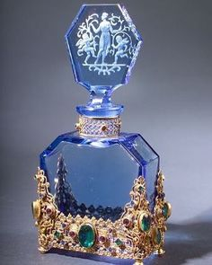Blue perfume bottle - Blue glass is so clear. Blue Perfume, Beautiful Perfume, Antique Perfume Bottles, Vintage Bottles, Glass Perfume Bottles, Vintage Glassware, Glass Vase, Perfumes Vintage, Perfume Diesel