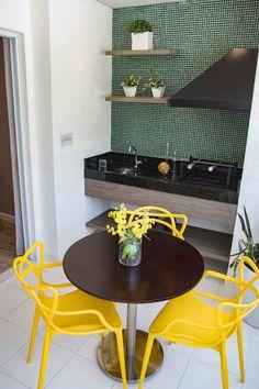 A Cadeira Allegra tem um ar de inovação, conforto e sofisticação, opção que garante praticidade e estilo para seu ambiente, perfeita para áreas externas. Visite nosso decorado: R. Dona Tecla, 668 - Guarulhos -SP. #TheGate #TheGateExperience #umpasso #66m² #meuap #yellowdecor #varanda #allegra PROJETO DE WWW.PRICILADALZOCHIO.COM.BR