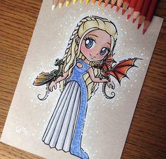 Emilia Clarke [as Daenerys Targaryen feat. Rhaegal & Drogon] (Chibi by ltia_Chan… Emilia Clarke [as Daenerys Targaryen feat. Rhaegal & Drogon] (Chibi by ltia_Chan 😊 😊) Easy Disney Drawings, Disney Princess Drawings, Disney Sketches, Cartoon Drawings, Cute Drawings, Art Sketches, Dessin Game Of Thrones, Game Of Thrones Art, Arte Disney