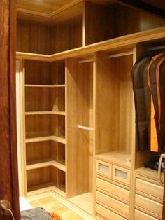 Detalle diseño de vestidor, módulos bajos con baldas y barras de colgar con maletero.