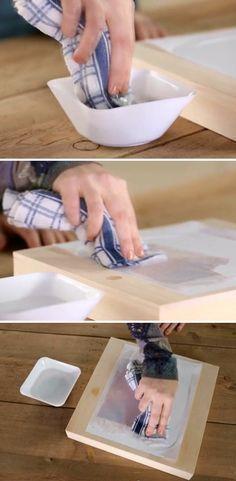 Depois, pegue um pedaço de pano, umedeça, e passe delicadamente sobre o papel. Passe por toda a superfície.