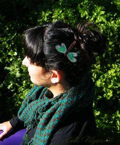 Horquilla pintada a mano sobre cuero, quedan preciosas en el pelo. Hand painted leather hair pin.