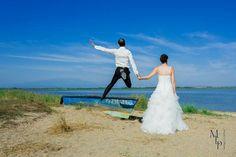 Trash the dress.  Wedding photo. Mariage