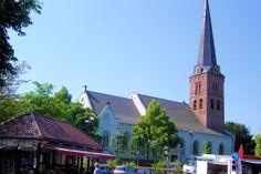 De 15e-eeuwse hervormde Pauluskerk met een versmald koor kreeg in 1638 een zuidbeuk. De kerk werd in 1888 verminkt door een vergroting en witte pleisterdecoratie.  De eerste geleding van de toren stamt uit de 14e eeuw. In de kerk staat een gotische doopvont van omstreeks 1400 en een 17e-eeuwse preekstoel. Koning-stadhouder Willem III liet een herenbank plaatsen.