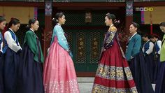 Jang Ok-jung, Living by Love, 인현왕후 민씨] ♥ Kim Tae Hee (as Ok-jung) and Hong Soo-hyun (as Queen Inhyeon) ♥ 2013 #Kdrama #CostumeDrama <3 look at the beautiful turquoise #hanbok