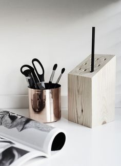 How to put your DIY´s on action. Pencil holder by drilling a wood block Wood Pencil Holder, Diy Zimmer, Bois Diy, Pen Holders, Diy Tutorial, Decoration, Home Accessories, Pots, Diy Crafts