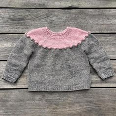 Pearls-on-a-string Sweater pattern by Pernille Larsen – Knitting patterns, knitting designs, knitting for beginners. Knitting Short Rows, Knitting For Kids, Baby Knitting Patterns, Knit Baby Sweaters, Toddler Sweater, Baby Knits, Diy Knitting Projects, Knit In The Round, Round Top
