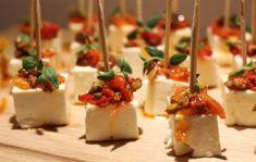 Du behöverca 25 st1 pkt zeta grekisk salladsost 1 burk zeta tapenade paprika och oliver (grovhackad)Färsk oreganoTandpetareGör såhärSkär fetaosten i lite större tärningar.Lägg osten på en tallrik…