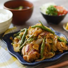 「鶏肉と玉ねぎのにんにく味噌蒸し」のレシピと作り方を動画でご紹介します。鶏肉に味噌を塗り、にんにくと玉ねぎをのせて蒸し焼きにするだけ!玉ねぎの甘みと旨みがしっかり出て、使う調味料は味噌だけなのに驚くほどおいしい一品に仕上がります♪