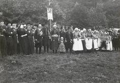 Een grote groep Urkers en Markers poseren in hun streekdracht op het Vaderlands Historisch Volksfeest. Dit vond plaats van 1 tot 7 september 1919 in Arnhem. #Urk #Marken #NoordHolland