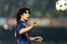 La vista siempre en la pelota, su gran amiga. Diego Armando Maradona, en su época como barçargentino.