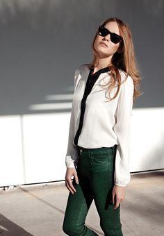 Broeken van Faubourg kun je zowel zakelijk als privé heel goed combineren. Ga voor de zakelijke look en combineer je broek met een witte blouse