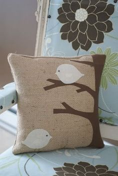 Bird Pillow: fabric paint and burlap. Burlap Crafts, Felt Crafts, Fabric Crafts, Sewing Crafts, Sewing Projects, Sewing Pillows, Diy Pillows, Decorative Pillows, Cushions