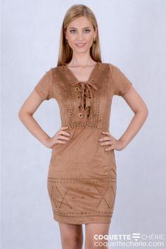 Os vestidos em suede estão na wishlist da coleção. Neste modelo justo com amarração no decote e mangas, o diferencial é o detalhe das tachas, no busto e na barra do vestido. Uma ótima opção para usar em aniversários e jantares.  -- Aniversário -- Coquetel -- Jantar