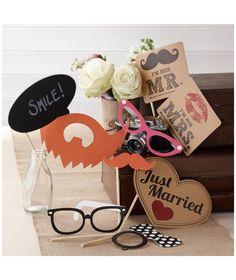 Pack de 10 accesorios para photocall de estilo retro, ideal para capturar los momentos más especiales en vuestro gran día. Incluye bigotes, gafas, mensajes y un globo de pizarra para que puedas escribir el mensaje que desees.