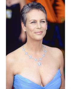 Jamie Lee has matured beautifully to a woman with steely grey hair, which gives her a striking Cool look. The necklace complemented her sky blue dress very well. Super Short Hair, Short Grey Hair, Short Hair Cuts For Women, Short Hair Styles, Jamie Lee Curtis Young, Actrices Hollywood, Ageless Beauty, Up Girl, Hair Dos