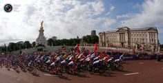 Riders cycle past Buckingham Palace at the start of the men's cycling road race at the London 2012 Olympic Games. STEFANO RELLANDINI/REUTERS