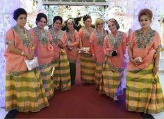 #bajubodo #makassar #traditional AP Traditional Wedding Attire, Traditional Outfits, Raya 2017, Indonesian Wedding, Makassar, Brokat, Prom Dresses, Formal Dresses, Kebaya