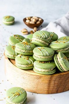 Pistachio Macarons, with a Pistachio Cream Cheese Filling. Includes video on how to make these macarons, and step-by-step intructions! Pistachio Macarons, Pistachio Cream, Pistachio Cookies, Macaron Cookies, Nutella Macarons, Macaron Filling, Macaron Flavors, Lindt Truffles, Chocolate Truffles