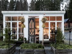 Expand Good Tomatoes Working With Container Gardening Techniques Getting The Perfect Christmas Vibes And Inspiration From This Lovely Swedish Orangery. Styling By Anna Truelsen and Carina Olander Photo By Carina Olander For Expressen, Leva and Bo Garden Types, Backyard Office, Porches, Outdoor Spaces, Outdoor Decor, Simple Interior, Diy Greenhouse, Shed Plans, Backyard Landscaping