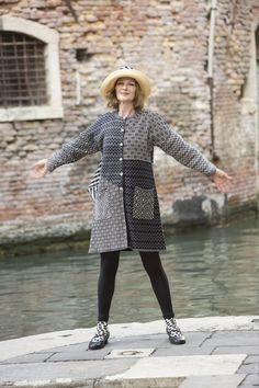 """Venedig mit Gudrun Sjödén - Der Strickmantel """"Murano"""" aus Leinen/Baumwolle ist ein leicht ausgestelltes Modell mit langen Ärmeln und praktischen Taschen. Kaufe deinen neuen Strickmantel """"Murano"""" und wähle aus drei wunderbaren Farben: http://www.gudrunsjoeden.de/mode/produkte/strickjacken-westen"""