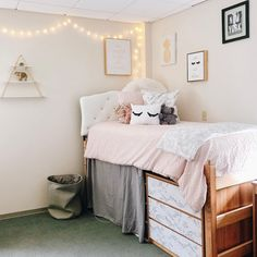 8 Cheap Things to Maximize a Small Bedroom. Girl College Dorms, Dorm Room Designs, Room Goals, Furniture Styles, Dream Bedroom, Dorm Decorations, Bedroom Decor, Dorm Stuff, Cheap Things