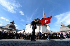 Die Sennen und Älpler feiern mit Fahnenschwingen im Bergdorf Bürglen im Schächental im Kanton Uri die traditionelle Sennenchilbi auf dem Kirchenplatz im historischen Ortskern. (Sonntag, 12. Oktober 2014)