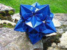 http://origamimaniacs.blogspot.com/2012/08/aelita-kusudama-by-valentina-minayeva.html