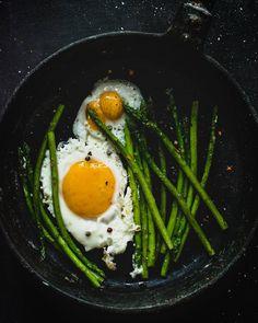 """""""Для многих """"яичница"""" и """"завтрак"""" синонимы)) Эта яркая весенняя со спаржей для  #марафонзавтраков2  от @russianfoodieproject и @wilmax_england Тема """" блюда…"""""""