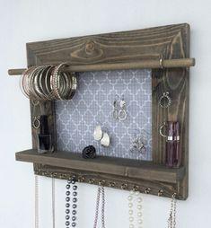 Симпатичная деревянная рамка для хранения ювелирных изделий впишется в интерьер комнаты.