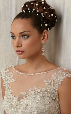 Wedding bun hairstyles are the trendiest of all. There are numerous innovative hair updos for wedding. Check out our list of the best wedding bun hairstyles for simple to fashionable brides. Bridal Makeup, Wedding Makeup, Bridal Hair, Bridal Lipstick, Bridal Bun, Bridal Beauty, Black Wedding Hairstyles, Bride Hairstyles, Natural Hairstyles