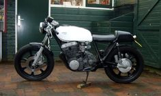 Hanks' brief description: This 1978 Yamaha XS 750 had a garden life for almost 8 years before I bought it. The idea was this; it had to be as simple as possible.   Kickstart, and