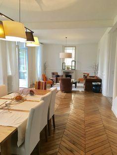 Salon et salle à manger ouverts pour une belle lumière et un parquet d'origine créant la continuité Croissy Sur Seine, Beautiful Homes, Conference Room, Dining Table, Furniture, Home Decor, Parquetry, Dinner Room, Living Room