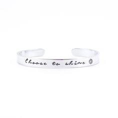 Armband met tekst choose to shine! Welke tekst of quote zou jij op deze armband plaatsen? Sobriety Gifts, Cutlery, Hand Stamped, Jewellery, Jewels, Flatware, Schmuck, Dishes, Jewelry Shop