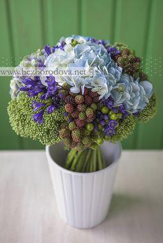 Голубой свадебный букет с гортензией и ягодами ежевики
