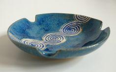 Okrągła niebieska popielniczka ceramiczna Wymiary: średnica 9,5 wysokość 2 cm Tworzywo - Krzysia Owczarek
