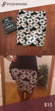WOMENS Floral skirt Black & white floral skirt that grips your curves. Very comfy and cute! Forever 21+ Skirts Midi