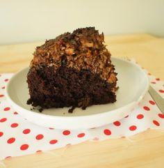 comida de quinta: bolo de chocolate com cobertura de coco e pecãs