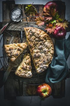 Traditioneller deutscher Apfelkuchen mit Streuseln #apples #streusel #cake baking #kuchen Healthy Cake Recipes, Apple Recipes, Pumpkin Recipes, Fall Recipes, Dark Food Photography, Fall Baking, Baked Apples, Cakes And More, Food Preparation