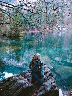 If you want to go to one the most beautiful places in Switzerland, you definitely have to visit the lake Blausee near Bern. The crisp air surrounded me and the leaves were rustling while I walked through the forest. Places In Switzerland, Most Beautiful, Beautiful Places, British Style, Day Trip, Industrial Style, To Go, America